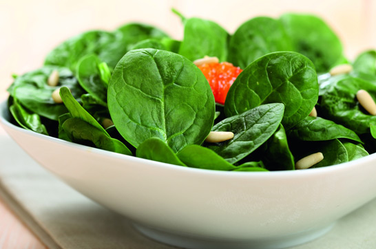 Rezept: Spinatsalat mit Parmesan und Pinienkernen